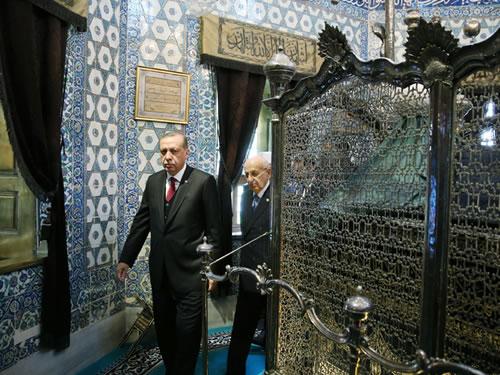Cumhurbaşkanı Erdoğan, Eyüp Sultan ile Fatih ve Yavuz Türbelerini Ziyaret Etti