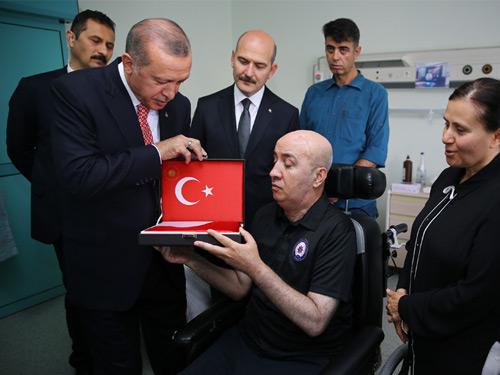 Cumhurbaşkanı Erdoğan, 15 Temmuz Gazisi Turgut Aslan'ı Ziyaret Etti