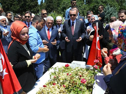 Cumhurbaşkanı Erdoğan, Edirnekapı'daki 15 Temmuz Şehitliğini Ziyaret Etti