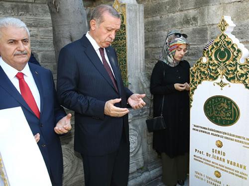 Cumhurbaşkanı Erdoğan, 15 Temmuz Şehidi İlhan Varank'ın Kabrini Ziyaret Etti