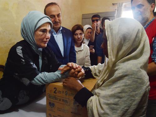 Emine Erdoğan, Bangladeş'te Arakanlı Müslümanlara Yardım Dağıttı