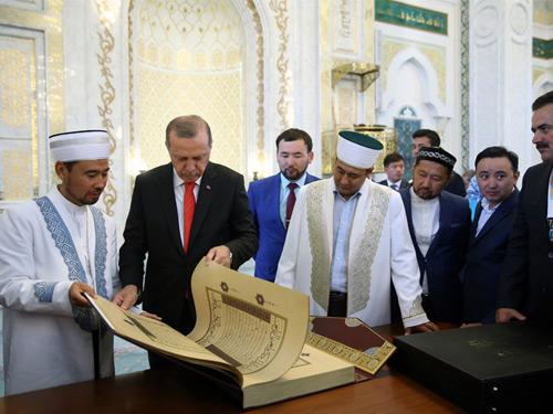 Cumhurbaşkanı Erdoğan, Astana'da Hazreti Sultan Camii'ni Ziyaret Etti