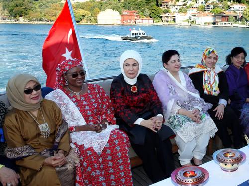 Emine Erdoğan, D-8 Zirvesi'ne Katılan Lider Eşlerine Öğle Yemeği Verdi