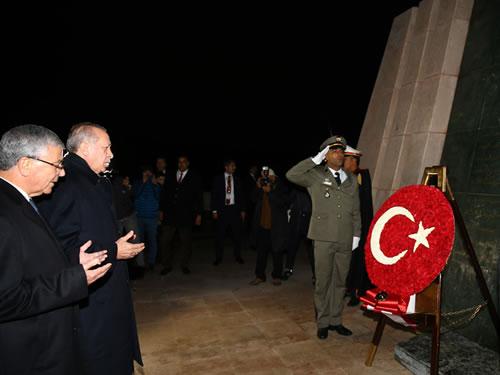 Cumhurbaşkanı Erdoğan, Tunus'ta Şehitler Anıtı'nı Ziyaret Etti