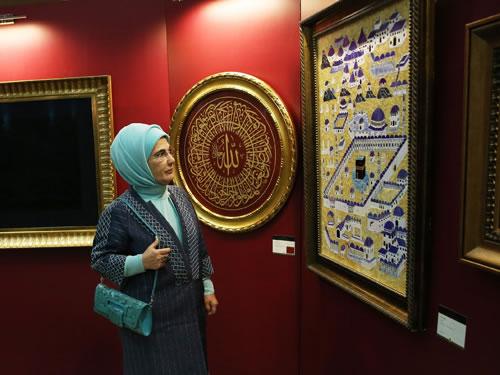 Emine Erdoğan, Geleceğin Yıldızları için Karma Eserler Sergisi'ni ziyaret etti