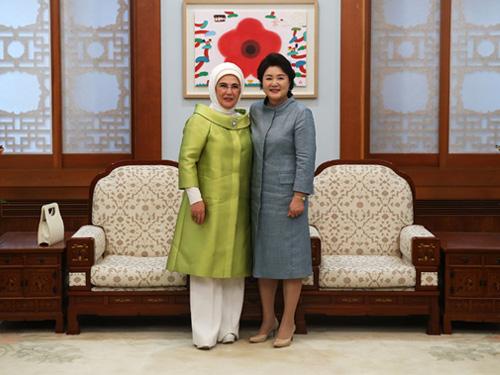 Emine Erdoğan, Güney Kore Cumhurbaşkanı Moon'un eşi Kim Junk Sook ile bir araya geldi