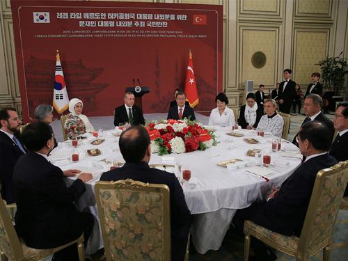 Cumhurbaşkanı Erdoğan, Güney Kore Devlet Başkanı Moon tarafından onuruna verilen resmî akşam yemeğine katıldı