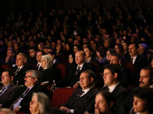 """Cumhurbaşkanı Erdoğan, """"Leyla ile Mecnun"""" oyununu izledi"""