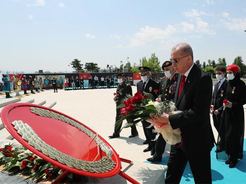 Cumhurbaşkanı Erdoğan, 15 Temmuz Şehitler Anıtı'nı ziyaret etti
